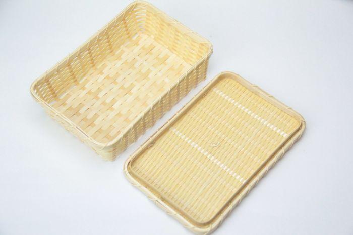 このざるはパンかごという名前が付いているため、 パンやサンドイッチなどを入れるために作られていますが、 おにぎりや一緒におかずを入れてももちろんいいですし、 ふたが付いているため、小物やカトラリー入れとしても十分使えそうです。